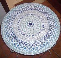 Rendilhado elaborado no mosaico do tampo de mesa