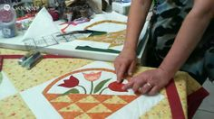 Patchwork Ao Vivo com a Tia Lili #8: aplicação em viés e montagem em ângulo Tutorial Patchwork, Quilt Sizes, Mug Rugs, Applique Quilts, Quilting, Quilt Blocks, Diy And Crafts, Patches, Youtube