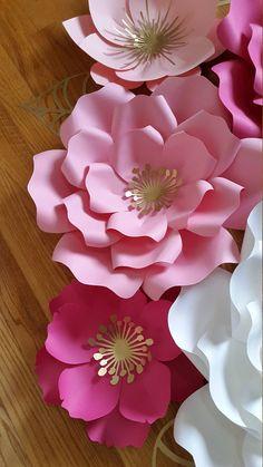 Conjunto de 8 flores de papel Este listado incluye: 3 X - flores grandes - 18-20 1 flor grande - 14-16 flores medianas 4 - 8- 10 Enviar una solicitud de orden de encargo con preferencia de color y la fecha de su evento. Cada flor está diseñado individualmente a mano o con la ayuda de un cortador. Cada flor puede variar ligeramente en diseño ya que es por encargo. Flores de papel también se pueden personalizar con logotipos de empresas, nombres, fechas etcetera. Flores vienen completame...