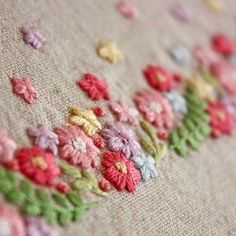 . いつもは刺繍糸二本取りで刺繍をすることが多いのですが、今回はほぼ三本取りで刺繍しました。 . ふっくらとして、モコモコした感じが可愛いです . . #刺繍#手刺繍#ステッチ#手芸#embroidery#handembroidery#stitching#needlework#자수#broderie#bordado#вишивка#stickerei