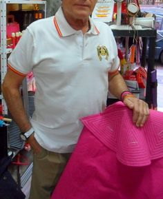 un madurito, pero joven y conocido personaje de las noches flamencas Rocieras en Madrid, luciendo el único polo de bordado de chaquetilla de torero en manga corta y con bandera en cuello y mangas. En tallas S,M,L,XL y en color blanco, negro y rojo para infantil y quédate helado!! sólo por 17,60€