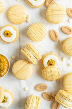 Passionfruit and White Chocolate Macarons - Vanilla bean macaron shell, filled with white chocolate swiss meringue buttercream and tangy passionfruit curd, then finished with a chocolate drizzle. Passionfruit and White Chocolate Macarons — Cloudy Kitchen Macaron Fimo, Macaron Cookies, Tea Cakes, Vanilla Macarons, Macarons Chocolate, Cake Chocolate, Chocolate Liquor, Chocolate Swiss Meringue Buttercream, Meringue Cake