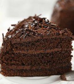 Bolo de chocolate fofinho com cobertura de brigadeiro