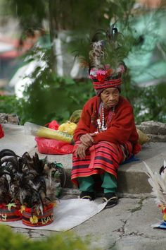 Indigenous woman sells head dresses in Baguio City, Philippines Philippines Tourism, Philippines Beaches, Philippines Culture, Baguio Philippines, Vietnam, Half The Sky, Baguio City, People Of The World, Interesting Faces