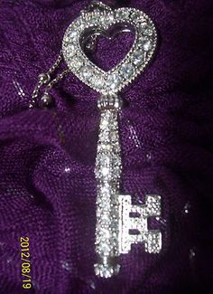 Bling Heart Key Pendant Necklace Gorgeous New without tag