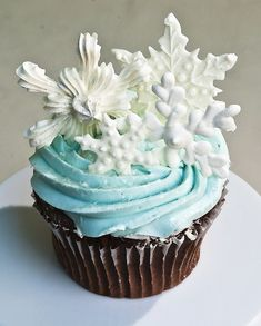winter cupcakes - great snowflakes for Frozen cake Winter Cupcakes, Christmas Cupcakes, Christmas Treats, Christmas Baking, Wedding Cakes With Cupcakes, Yummy Cupcakes, Cupcake Cookies, Cupcake Wedding, Themed Cupcakes