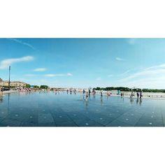 Dit wil ik ook in Amsterdam: een groot plein met sproeiers en een laagje water voor pootjebaden. Dat doet Bordeaux goed! - - #Bordeaux #Frankrijk #hitte #zomer #reizen #travel #waterfun #travelstoke #citytrip #abmtravelbug #traveladdict #travelbug #wander