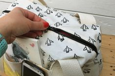 TUTORIAL de bolsa fin de semana! - ilovekutchi blog Fabric Bags, Fabric Crafts, Sewing Patterns, Coin Purse, Boss, Embroidery, Wallet, Purses, Anna