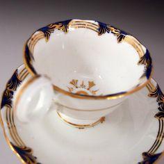 英国の銘窯ダヴェンポートからのおよそ150年前に製造された、ハンドルがオシャレなコーヒー カップ&ソーサーのご紹介です。 ⇩ http://eikokuantiques.com/?pid=89318386 #英国アンティークス #アンティーク #ダヴェンポート #カップ