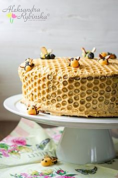 10-layer Honeycomb Cake with bees recipe (with step-by-step photos) is the bee's knees. Oh my goodness this would be perfect for a garden party.