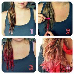 1. Mouillez vos cheveux où vous voulez que la couleur soit. 2. Twistez vos cheveux et frottez avec un pastel sèche 3. Laissez sécher les cheveux et brossez dans les cheveux pour enlever l'excès de craie. *J'utilise aussi un fer plat afin de ''sceller'' la couleur le plus possible 4. Stylisez à vos cheveux! * si vous avez les cheveux blond, vous n'êtes pas obligé de mouillez vos cheveux. Si toutefois vous les mouillez la couleur tiendra beaucoup plus longtemps (plus d'un lavage)