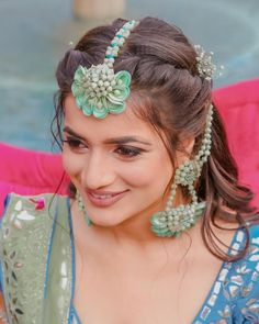 Just when we thought the trend of floral jewellery will die down a little this year, our real brides proved us wrong! They showed us how it has become synonymous to Mehendi jewellery, and is here to . Maang Tikka Design, Tikka Designs, Tikka Hairstyle, Flower Jewellery For Mehndi, Flower Jewelry, Fabric Jewelry, Clay Jewelry, Bride Photography, Mehendi Photography