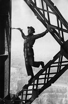 Het schilderen van de Eiffeltoren in 1953