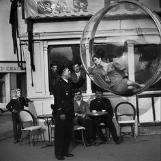 The Bubble collection: Mujer flotando en una burbuja sobre parís en 1963 | FuriaMag | Arts Magazine