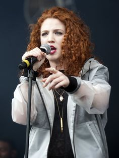 jess glynne Jess Glynne, 40s Hairstyles, I Love Redheads, Red Fashion, Makeup Inspo, Wavy Hair, Girl Crushes, Curls, Red Style