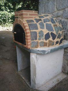 Horno de barro en piedra natural montado insitu por Alfarería Duero en Torrelodones, Madrid. Peanas fabricadas por el cliente.