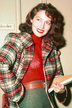American actress Ava Gardner poses with a script at her dressing room door circa 1950 Love Vintage, Vintage Glamour, Vintage Colors, Vintage Beauty, Vintage Style, Vintage Hollywood, Hollywood Glamour, Hollywood Stars, Classic Hollywood