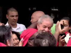 Centenas de manifestantes pró-Lula se reuniram em frente à casa do ex-pr...