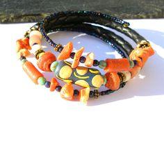 Bracelet 3 rangs rustique bohème, corail verre recyclé Krobo Afrique perles tchèques orange vert turquoise cuir, : Bracelet par montroulez-girl