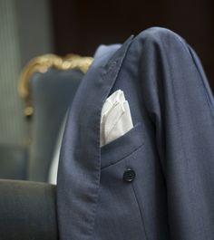 La sobria atmosfera di un mondo maschile. La giacca abbandonata tra le braccia di una poltrona.