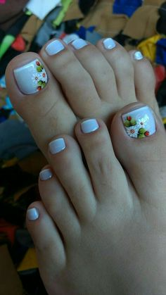 Subtle French tip toes with flower design Pedicure Designs, Pedicure Nail Art, Toe Nail Designs, Toe Nail Art, Pretty Toe Nails, Cute Toe Nails, Hair And Nails, My Nails, Feet Nails