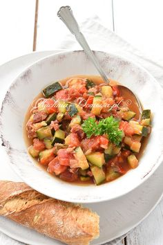 Leczo z cukinii Baguette, Zucchini, Slimming World Recipes, Ratatouille, Bruschetta, Salsa, Food And Drink, Cooking Recipes, Ethnic Recipes