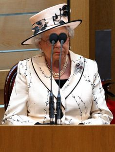 PHOTOS: 30 Funny Pictures Of The Queen