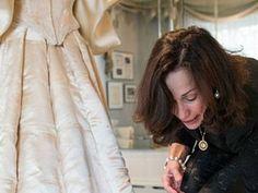 Jest 11 kobietą, która założy 120-letnią suknię ślubną. Zobaczcie