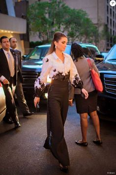 Queen Rania of Jordan in black wide leg trousers and a shite butterfly motif blouse with wide sleeves Queen Rania, Queen Letizia, Chic Outfits, Fashion Outfits, Womens Fashion, Fashion Trends, Style Royal, My Style, Royal Fashion