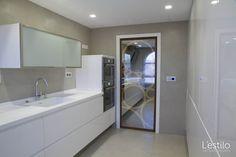 Cocina de estilo minimalista. Puerta corredera de diseño exclusivo. Proyecto de L'estilo interiorismo.