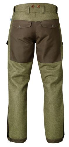 Robust and well-equipped hunting trousers in exclusive Shetland wool from the renowned cloth mill Abraham Moon. A fantastic fabric that resists cold and damp and that gives the trousers their unique style. Exposed areas at the knees, back and leg endings
