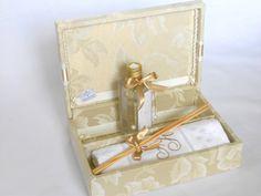 Caixa Kit para presentear padrinhos de casamento.  O Kit contém:  01 caixa forrada com dobradiça  01 aromatizador de ambiente (frasco de plástico)  01 toalhinha de lavabo bordada.  Frasco de plástico com 125ml e 15,5cm de altura.  Tamanho 24x17x6