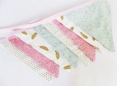 Guirlande 8 fanions en tissu - Décoration chambre petite fille - Tons vert d'eau, rose corail, doré et blanc cassé de la boutique ZIGetZAGShop sur Etsy