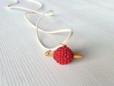 Glittering red pendant: small ball of yarn by Kreativhaekelshop