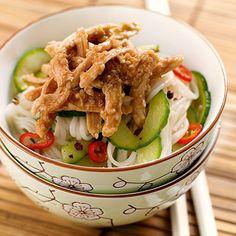 Asia-Sesam-Hähnchen-Salat | 500 g #Haehnchenbrustfilet, Salz, 1 #Salatgurke, 1/2 große rote #Chilischote, 3 EL #Erdnussoel, 1-2 TL Szechuanpfeffer, 5 EL #Sesamsamen, 1 Knoblauchzehe, 4 EL Kejap Manis (indonesische süße #Sojasauce ), 4 EL #Sesamoel (plus noch etwas mehr zum Beträufeln), 100 g getrocknete, japanische #Nudeln (z. B. Somen oder Soba)