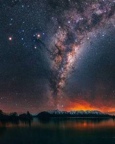 La voie lactée au-dessus d'un lac en Nouvelle-Zélande