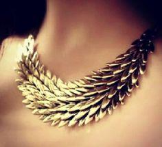 Collar dorado.