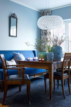 Stuen er det viktigste oppholdsrommet og skal dekke forskjellige behov, noe som kan gjøre det utfordrende å innrede. Fargene i stuen gjør noe med deg#blå#krukker#glasslampe#teakmøbel#spisestue#trestoler#stuebord#pottery#diningroom#blue#Fargerike Ikea, Dining Table, Elegant, Furniture, Home Decor, Classy, Decoration Home, Ikea Co, Room Decor