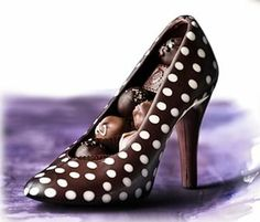 Pedrazza uses red ganache to create the designer's signature red sole and the chocolate Louboutin shoe comes in a range of different colors and patterns like zebra print, cheetah print or polka dots~ Best Chocolate, Chocolate Molds, Chocolate Truffles, Cake Pops, Chocolate Fashion, Design Your Own Shoes, Beach Cakes, Acidic Foods, Font Face