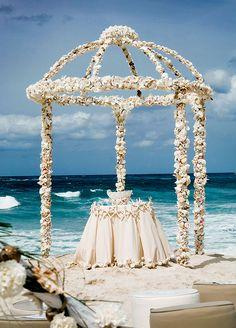 O altar é como se fosse a moldura de todas as fotos da cerimônia; ele estabelece o clima e o astral – sem contar que a maioria dos momentos mais preciosos desse dia serão na cerimônia em si.