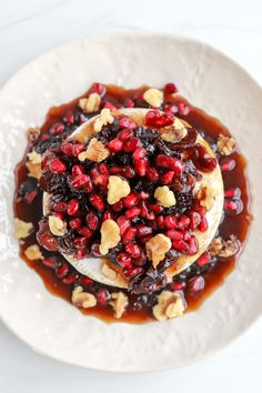 Sweet Baked Brie with Pomegranates, Cranberries, and Walnuts Easter Recipes, Thanksgiving Recipes, Holiday Recipes, Party Recipes, Easy Healthy Recipes, Healthy Desserts, Quick Easy Meals, Pomegranate Recipes, Cranberry Cheese