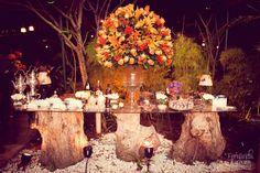 mesa com troncos de árvore