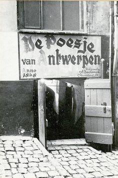 De ingang van de Poesje aan de Repenstraat. 1964