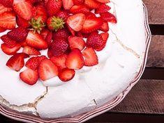 Marengskage med bær. Den syner måske ikke af så meget, men den smager helt fantastisk. Du kan bruge dine favorit bær eller frisk frugt evt chokolade.