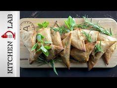 Τυροπιτάκια με χωριάτικο φύλλο ολικής άλεσης από τον Άκη Πετρετζίκης. Τα πιο νόστιμα και τραγανά τυροπιτάκια ολικής άλεσης με λιαστή ντομάτα, ελιές και φέτα!