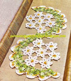 Patrón de camino de mesa tejido al crochet con flores y diseño en S