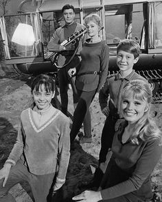 Lost in Space - Robinson family Sci Fi Tv, Sci Fi Movies, Old Movies, Action Movies, Space Tv Series, Space Tv Shows, Cbs Tv Shows, Star Trek, Robinson Family