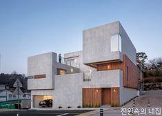 중정을 중심으로 공간이 분배되는 부산 삼층집 | Daum 부동산 Facade Design, Exterior Design, House Design, Residential Building Design, Arch Building, House Color Palettes, Chula, Facade Architecture, Facade House
