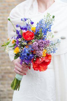 Trouwen bruidsboeket kleurrijk vrolijk klaproos zomer bruiloft