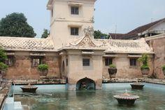 Taman Sari, ofwel 'het waterpaleis van de Sultan'. Het verhaal gaat de Sultan in zijn vakantieoord regelmatig vrouwen over de vloer had. Zelf ervaren hoe de Sultan zijn vakantie vierde? Het paleis is dagelijks te bezoeken!